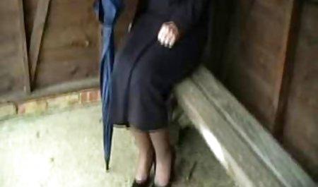 દુબળી પાતળી સ્ત્રી સોનેરી કલાપ્રેમી તેના અર્નો ઘૂંટણ પર લે છે, એક વિશાળ ચહેરાના - GJ